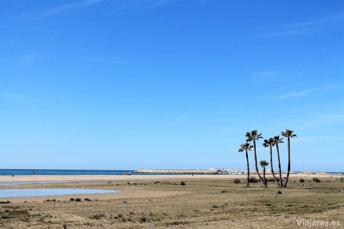 Playa de Sant Salvador y el puerto deportivo