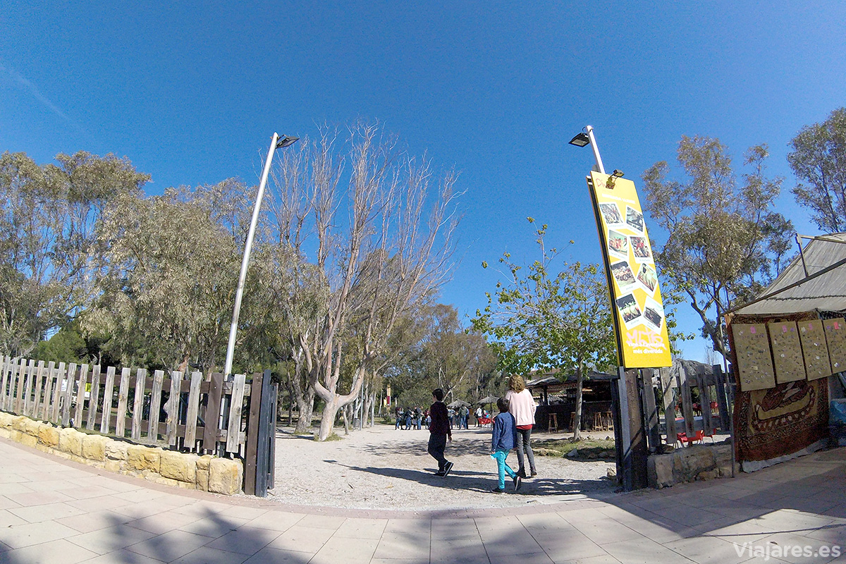 Entrada a Diver Parc Lúdic desde la playa de Sant Salvador