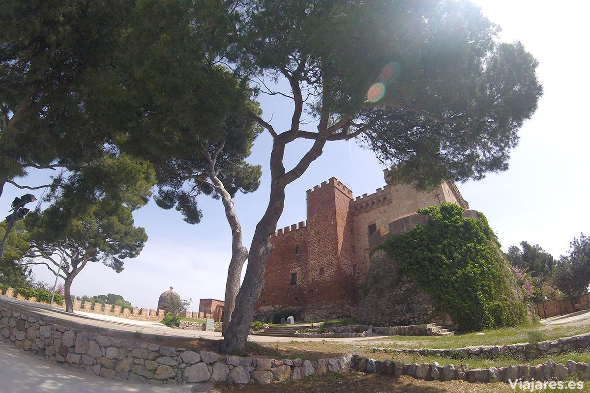 Muros de piedra roja en el Castillo de Castelldefels