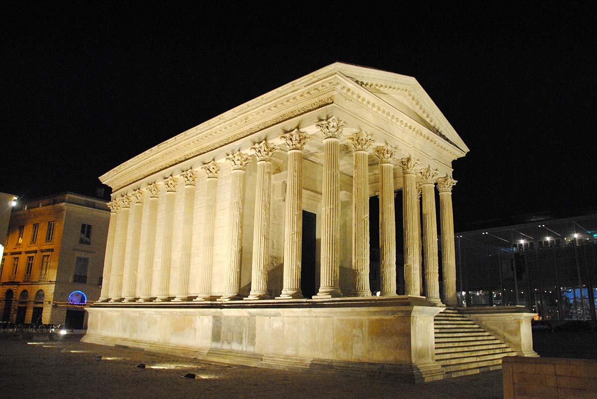 Vista nocturna del templo