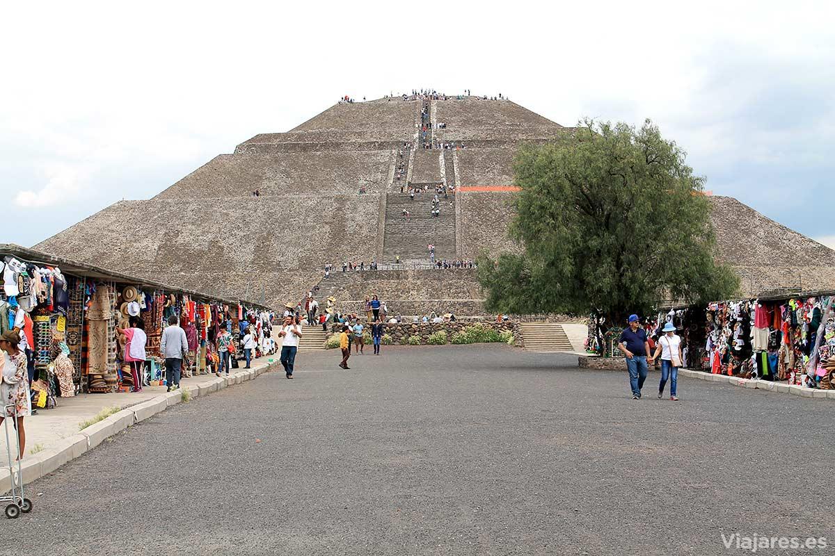 No faltan los puestos con venta de souvenirs en Teotihuacán