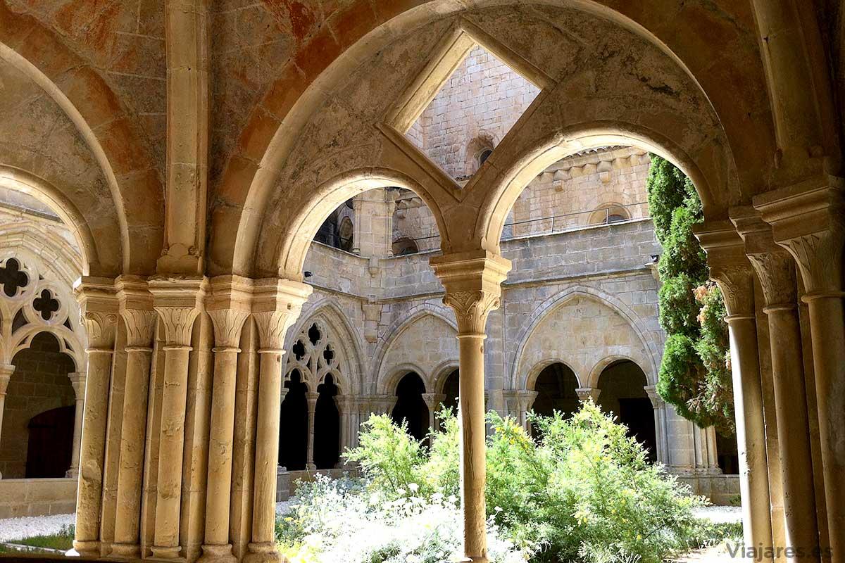 Detalles en el claustro de Poblet