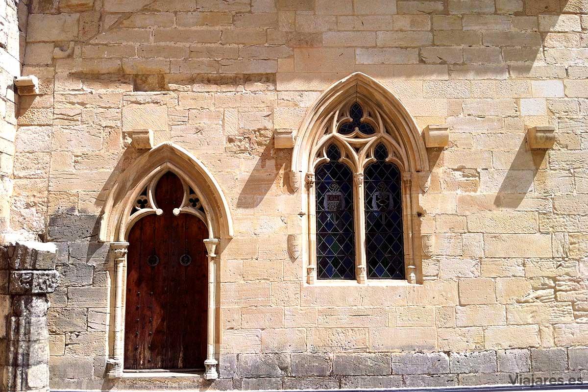 Estilo gótico en una puerta y ventana de Poblet