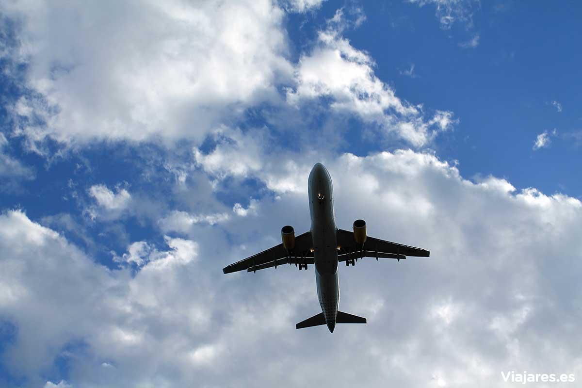 Un avión sobrevuela el cielo del Baix Llobregat