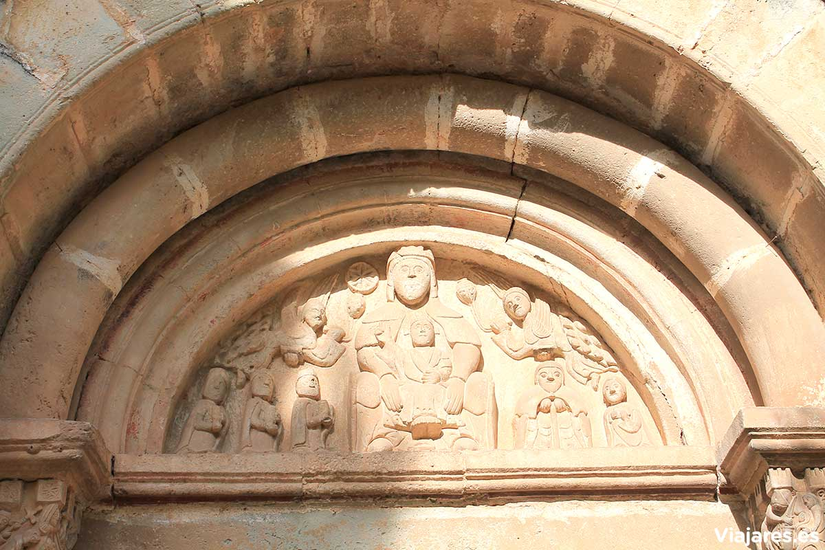Figuras labradas en la iglesia románica de Sant Martí