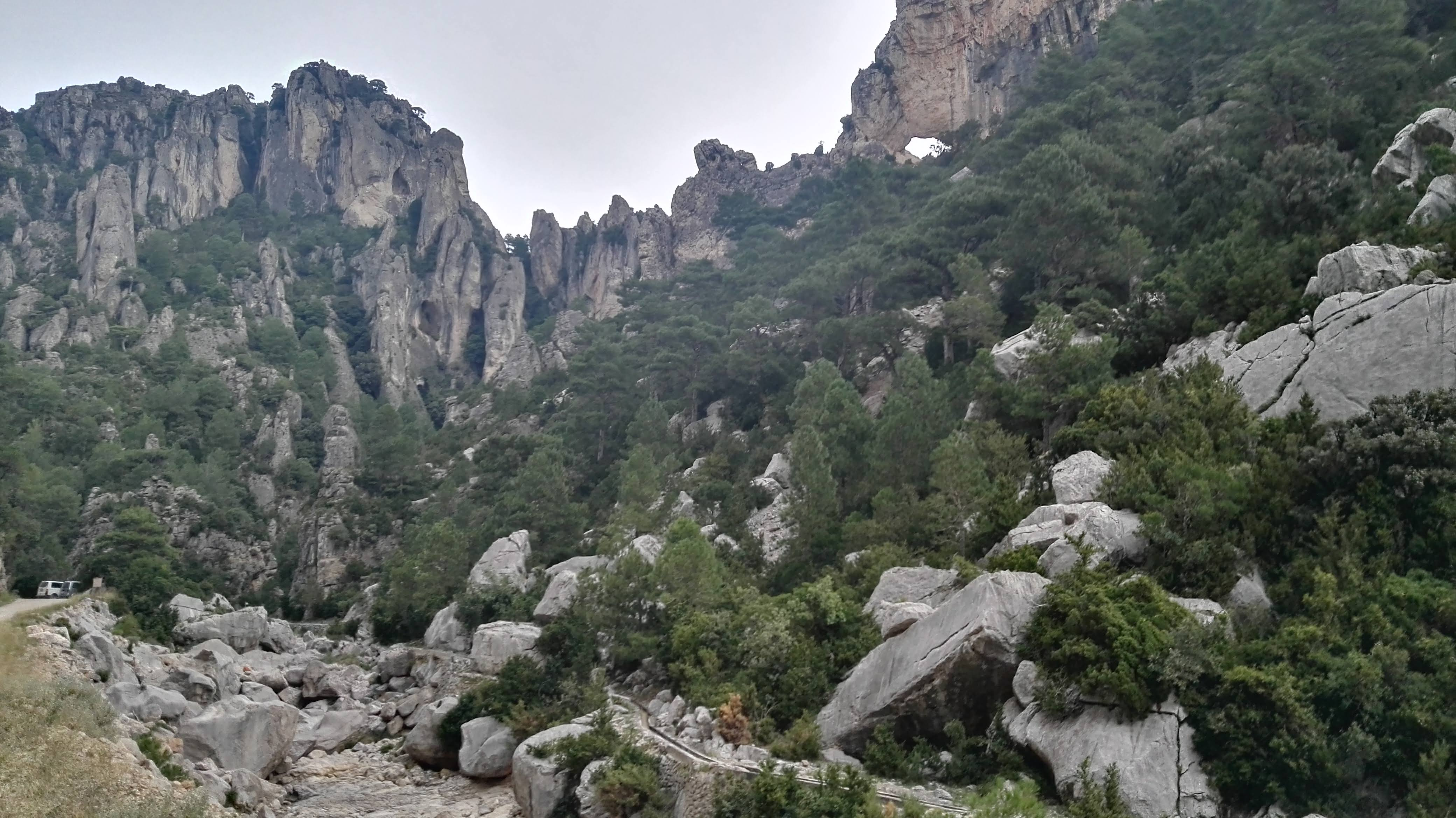 El Racó de Marc con las rocas de Els Capellans al fondo