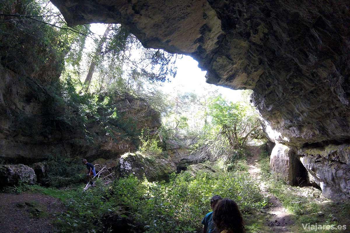 Interior de la cueva Cambra en la Mola de Catí