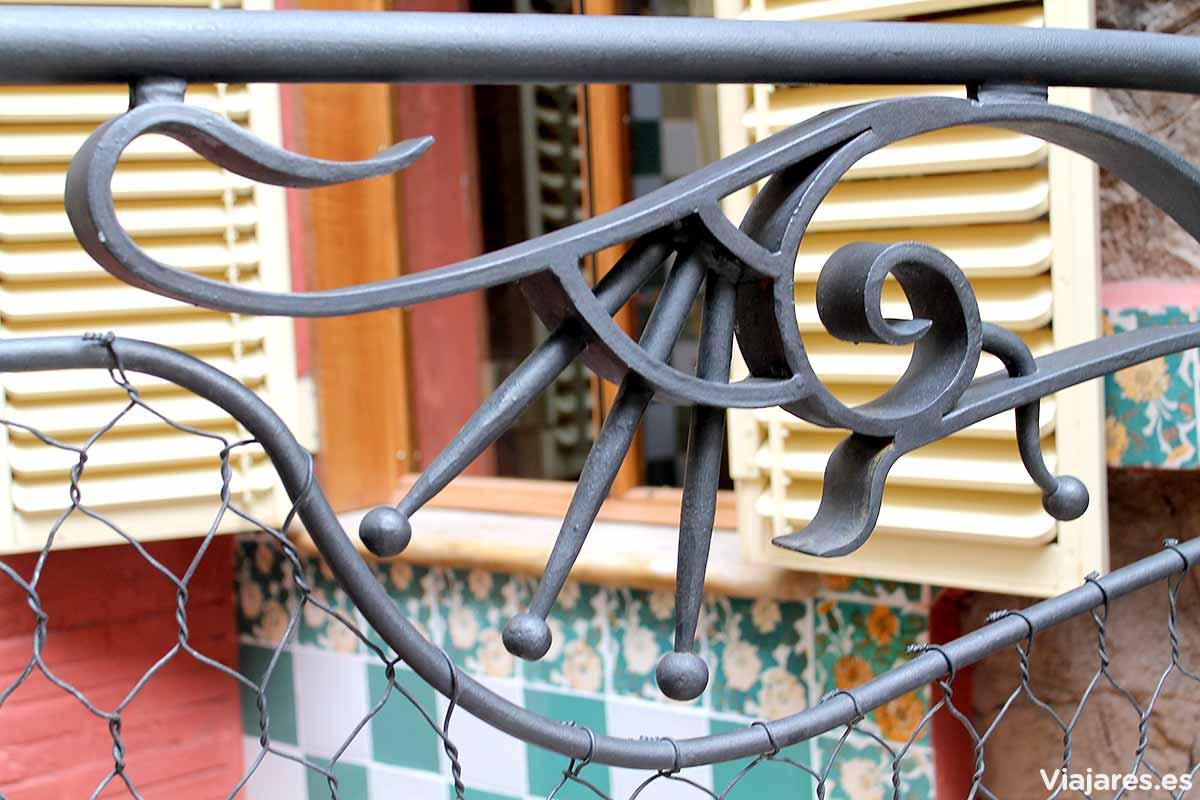 Pequeño detalle de la verja metálica en la Casa Vicens