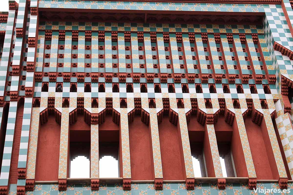 Contraste de colores en la fachada de Casa Vicens