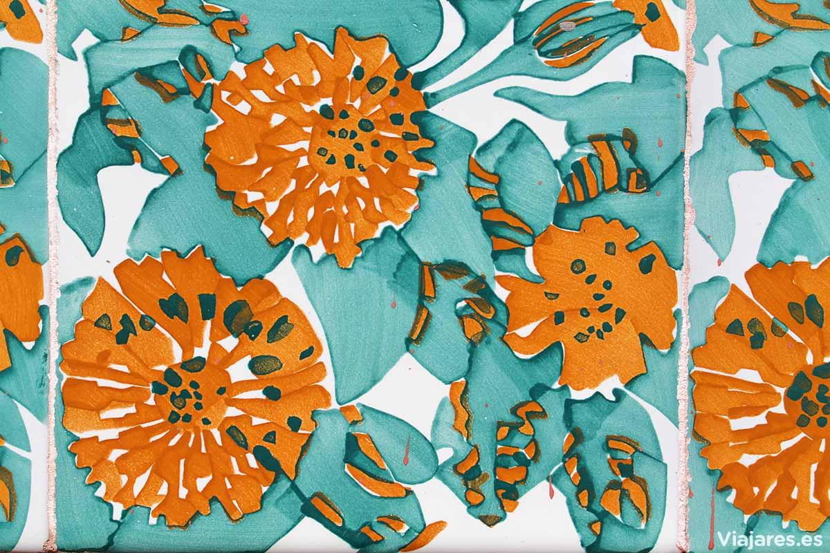 Azulejos con motivos florales que se repiten en toda la casa