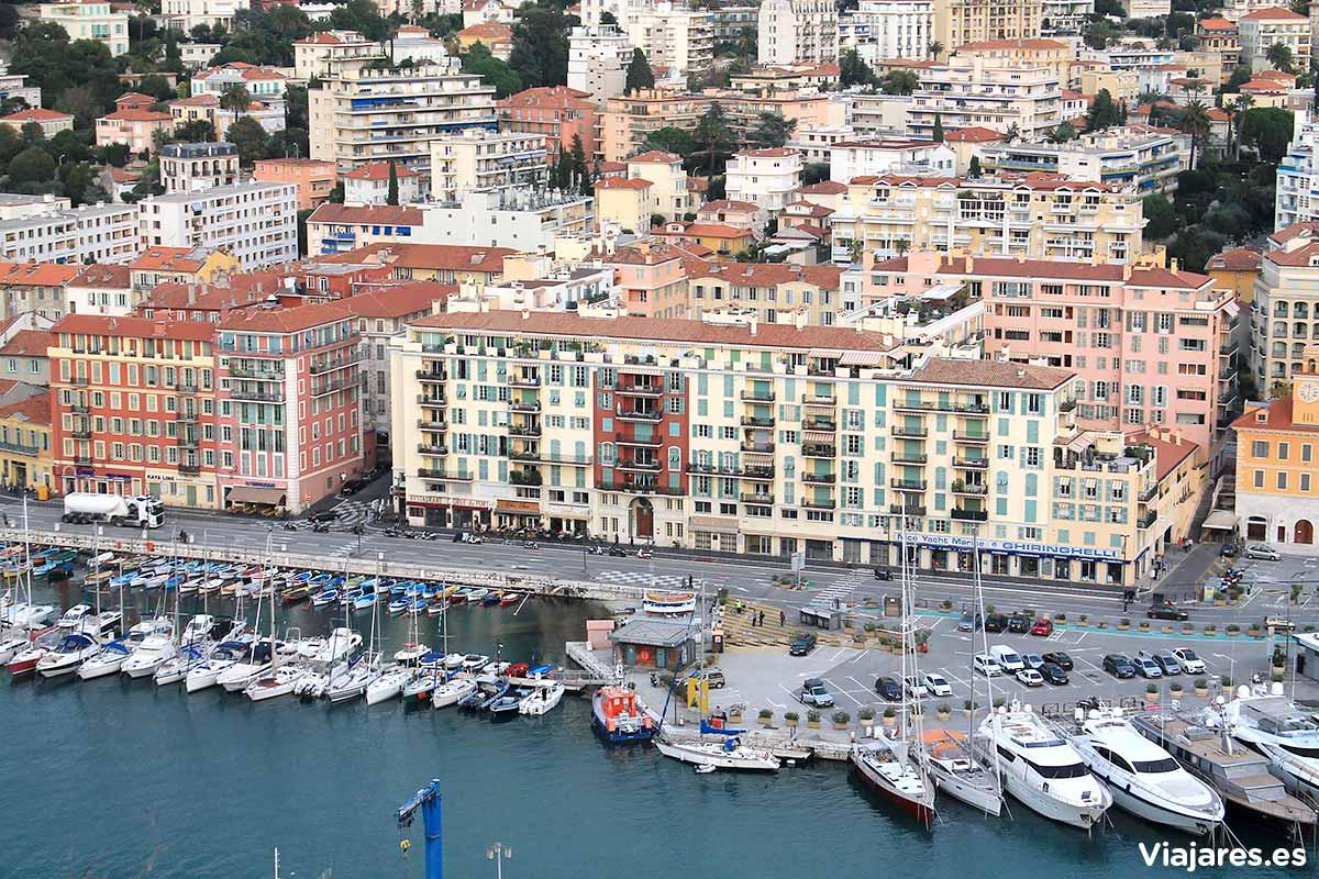Barcos y yates amarrados en el Puerto de Niza
